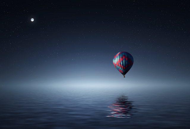 baloon above sea