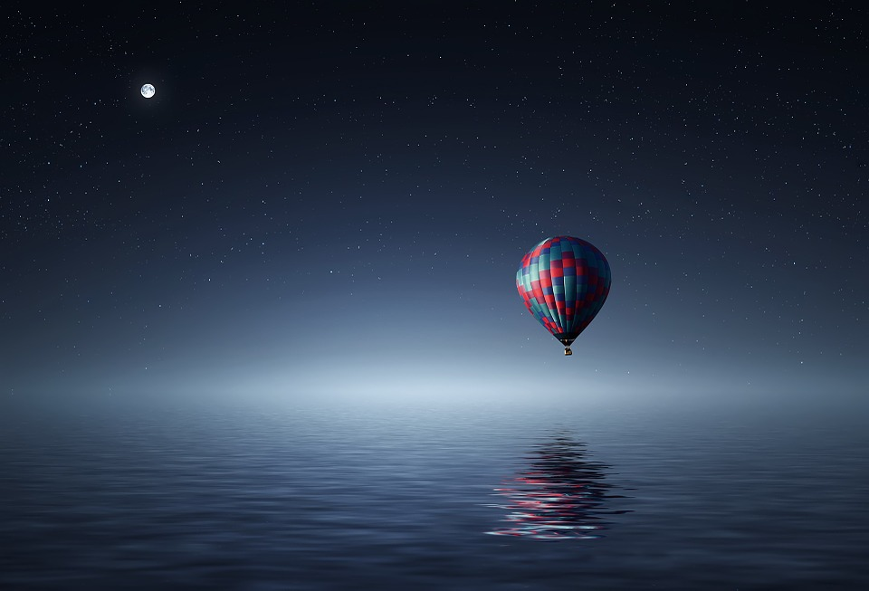 baloon above sea